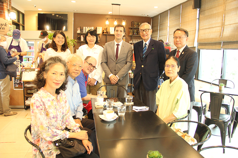Chairman of APCD Executive Board, Dr. Tej Bunnag, had a photo opportunity with Mr. Pascal and his staff at the café.