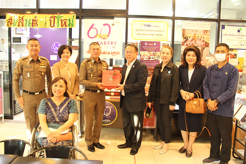 The token of appreciation, a chocolate box-set made by Thai persons with disabilities, was presented to Pol. Maj. Gen. Rungroten and his team.